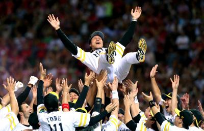今季最終戦でリーグ優勝を決め、選手たちに胴上げされるソフトバンクの秋山監督