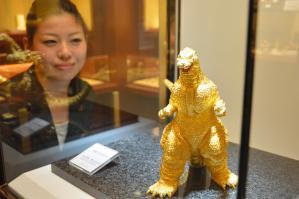 黄金色に輝く純金製ゴジラ=仙台市青葉区