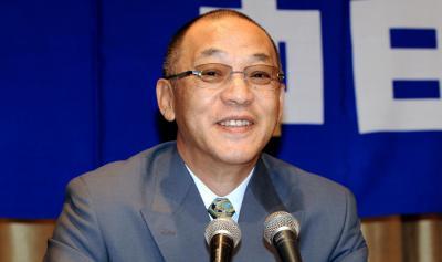 退任会見で笑顔を見せる落合博満前監督(2011年)