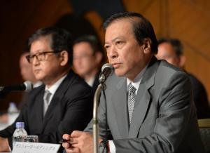 ゼンショーHDの小川賢太郎社長(右)=2014年7月31日