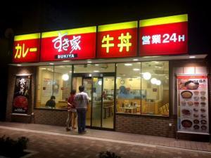 ワンオペかどうかを調べるため東京都内の店を訪ねる調査員ら