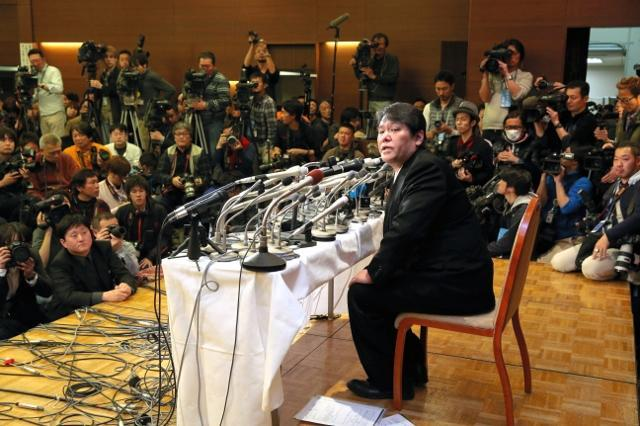 多くの報道陣が集まる中、会見する佐村河内守氏=2014年3月7日、東京都港区、上田潤撮影