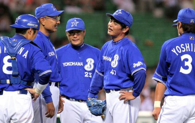 交代を告げられる工藤投手=2007年7月5日の朝日新聞