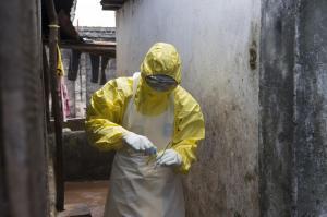 アフリカのシエラレオネで防護服姿でサンプルを採取する医療スタッフ=2014年10月6日