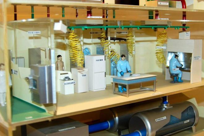 長崎大熱帯医学研究所内「熱帯医学ミュージアム」にある一般的な高度安全実験(BSL4)施設の模型=2011年2月3日