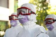 エボラ出血熱対策の訓練。曇り止めが施されたゴーグルだがすぐに曇ってしまい、視界が制限された。本当の現場では、感染リスクをなくすため、ゴーグルを外すことは出来ない=2014年9月16日、スイス・ジュネーブの国際赤十字・赤新月社連盟本部、松尾一郎撮影
