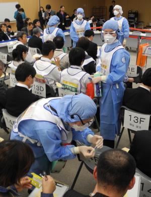 厚生労働省成田空港検疫所が行った、新型インフルエンザなどの感染症対策を想定した検疫訓練=2012年11月27日