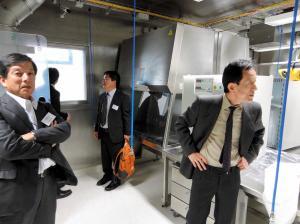 ドイツ・ハンブルク市にある稼働直前のBSL4施設を視察する長崎大の研究者ら=2013年11月、長崎大提供