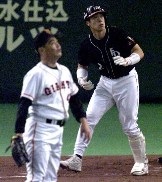 城島選手が工藤投手から左越えに本塁打を放つ=2000年10月22日の朝日新聞