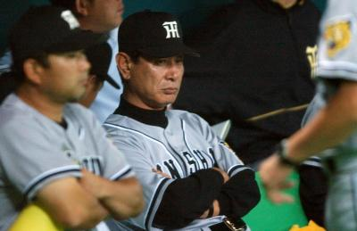 2003年の日本シリーズで渋い表情の阪神・星野仙一監督