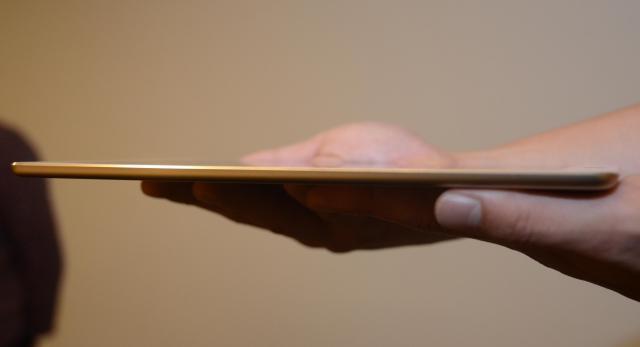 横から見たiPad Air2。iPhone6(7.1ミリ)や6プラス(6.9ミリ)よりも薄くなりました