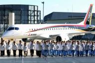 開発関係者とともに姿を現した「MRJ」の飛行試験機初号機=18日午後、愛知県豊山町、細川卓撮影