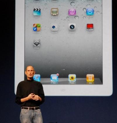 2011年3月2日、「iPad2」を発表するジョブズ氏=米サンフランシスコ、山川一基撮影