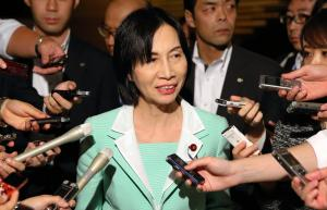 情報保護監視準備委員会に出席後、記者の質問に答える松島みどり法相=2014年10月17日