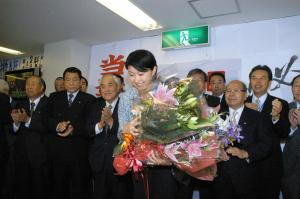 3選を果たし、受け取った花束を手にお礼をする小渕優子氏=2005年9月11日