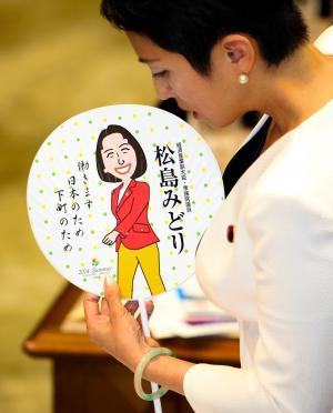 「うちわ」を手に参院予算委で質問する民主党・蓮舫氏=2014年10月7日