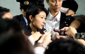 参院経産委が休憩に入り、記者の質問に答える小渕優子経産相=2014年10月16日