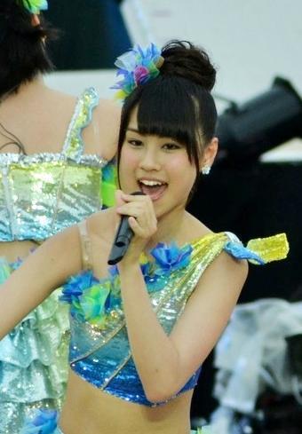 ステージ上で歌う若田部遥さん