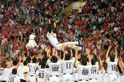 日本ハムを破って日本シリーズ出場を決め、胴上げされるソフトバンクの秋山監督
