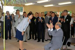 旧群馬町に新事務所を開き、集まった幹部らにあいさつする小渕優子氏=2009年7月3日