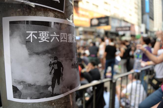占拠が続く道路脇の柱には、「天安門事件を繰り返すな」と書かれた紙が貼られていた=延与光貞撮影