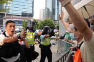 抗議する学生らに催涙スプレーを吹きつける香港の警察官=延与光貞撮影