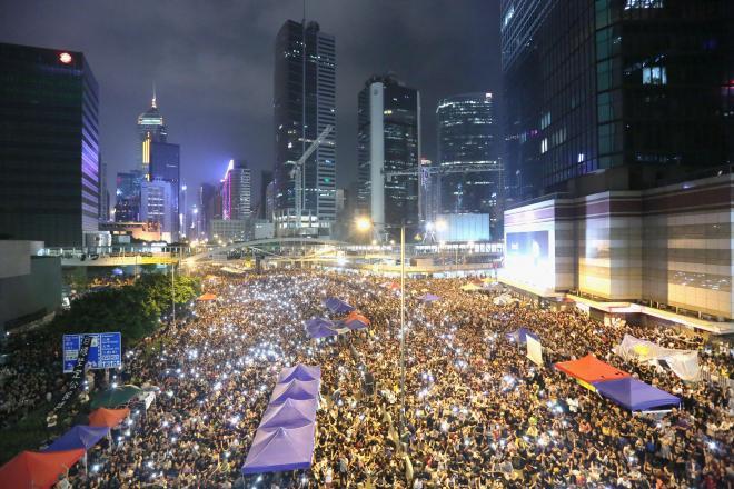 香港中心部の幹線道路を占拠した民主派の学生ら=時津剛撮影