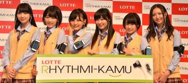 耳にイヤホン型デバイス、腕に連携アプリがインストールされたスマホを身につけた、HKT48のメンバー6人