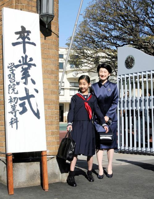 学習院初等科の卒業式に出席する佳子さまと紀子さま=2007年3月18日、東京都新宿区、代表撮影
