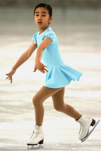 フィギュアスケート競技大会で華麗な演技を披露する佳子さま=2004年4月4日午前、東京・明治神宮アイススケート場