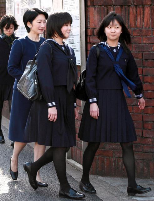 秋篠宮妃紀子さまとともに学習院女子高等科と中等科の卒業式に向かう眞子さま(中央)と佳子さま(右)=2010年3月22日、東京都新宿区、代表撮影