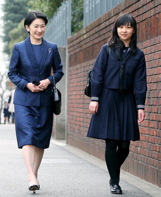 学習院女子高等科の卒業式を迎え、紀子さまとともに登校する佳子さま=2013年3月22日、東京都新宿区、西畑志朗撮影