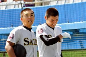 涙を流し、グラウンドを後にする安楽智大投手(右)=2014年7月24日、松山市の坊っちゃんスタジアム