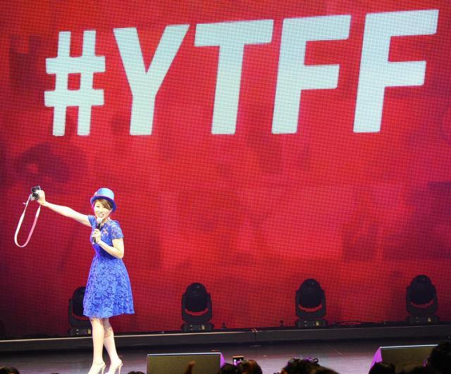 「YouTube FanFest」で会場を盛り上げるバイリンガールちかさん=10月19日、東京・六本木で