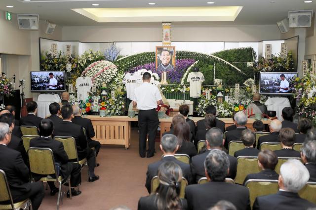 葬儀では安楽智大投手が弔辞を述べた=2014年9月4日、松山市湊町6丁目、代表撮影