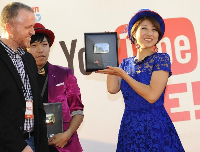 YouTubeクリエーターの祭典「YouTube FanFest」でチャンネル登録者数が10万人を超えたクリエイターに贈られる「銀のYouTube再生型楯」を授与されたバイリンガールちかさん=10月19日、東京・六本木で