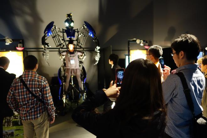 ロボットを意のままに操る「スケルトニクス・アライブ」の動きにどよめく会場