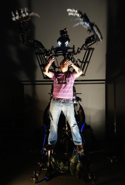 身体動作拡張型ロボット「スケルトニクス・アライブ」