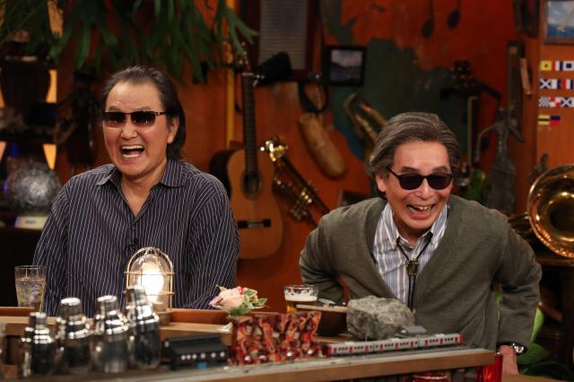 2回目のゲスト・井上陽水さん(左)とタモリさん。右端に映っているのが国際信号旗 (C)フジテレビ