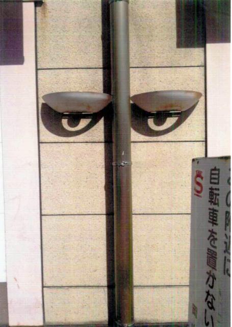 よく見ると何の変哲もない風景。おかやま路上観察学会の会員が集めた岡山県内の超芸術「5月、09:17・岡山駅」
