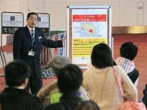 羽田空港国際線の検疫の検査場では、エボラ出血熱が流行しているアフリカ4カ国への渡航歴を申告するよう呼びかけていた=2014年10月24日、内田光撮影