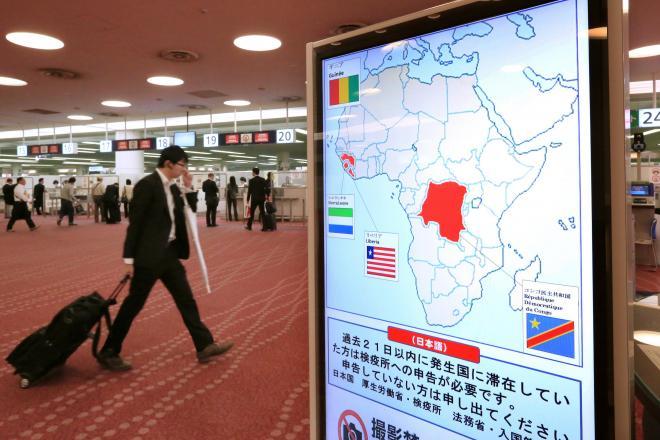 羽田空港国際線の入国審査ブース。エボラ感染者がいるアフリカ4カ国への渡航歴を申告するよう、看板が設置された=10月24日、内田光撮影