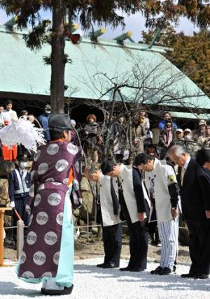 広田神社参拝を行った中央左奥から坂井オーナー、南球団社長、和田監督=2014年3月14日