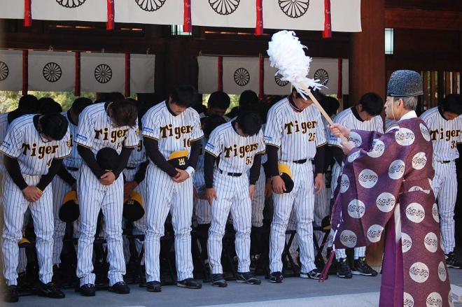 必勝祈願する阪神の選手たち=2009年3月5日