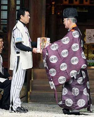広田神社に必勝祈願に訪れお札を授かる阪神和田監督(左)(撮影・加藤哉)=2012年3月2日