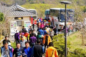 韓国・釜山まで約50キロにある対馬市の韓国展望台を訪れる韓国人観光客=2012年4月15日