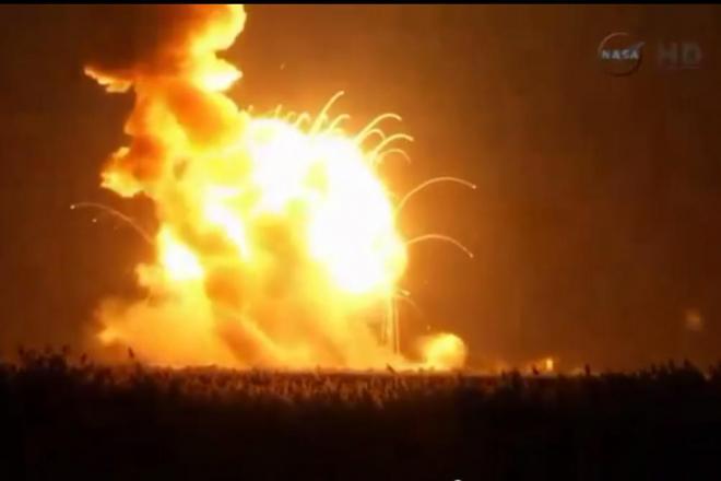 28日、NASA施設で爆発した無人ロケット(NASAテレビから)