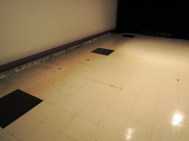 スタジオにはいいとも!のセットの跡が。画面中央部分が凸の形に色が変わっていた