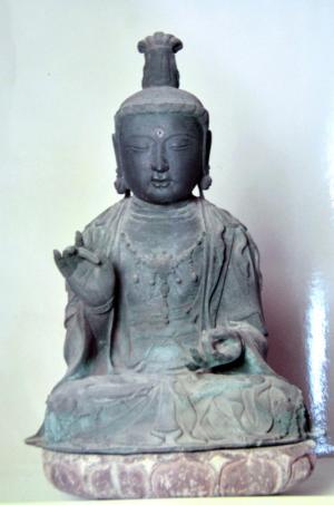 対馬市の観音寺で盗まれた観世音菩薩坐像=長崎県教委提供