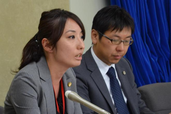 提訴した女性社員の代理人を務める弁護士の小野山静氏(左)、佐々木亮氏=厚生労働省、福山崇撮影